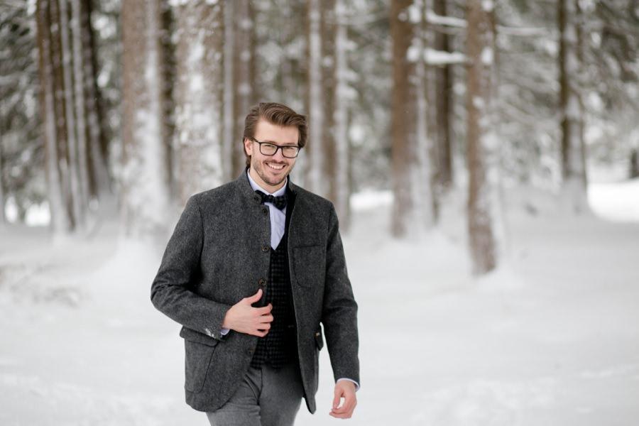 Bräutigam ist für die Winterhochzeit ausgestattet von Heu & Stroh